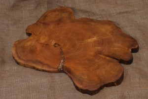 "Wooden cutting board of max diameter 50cm-60cm (20""-24"")"