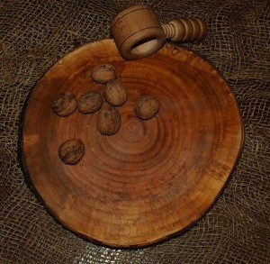 "Wooden cutting board of max diameter 20cm-30cm (8""-12"")"